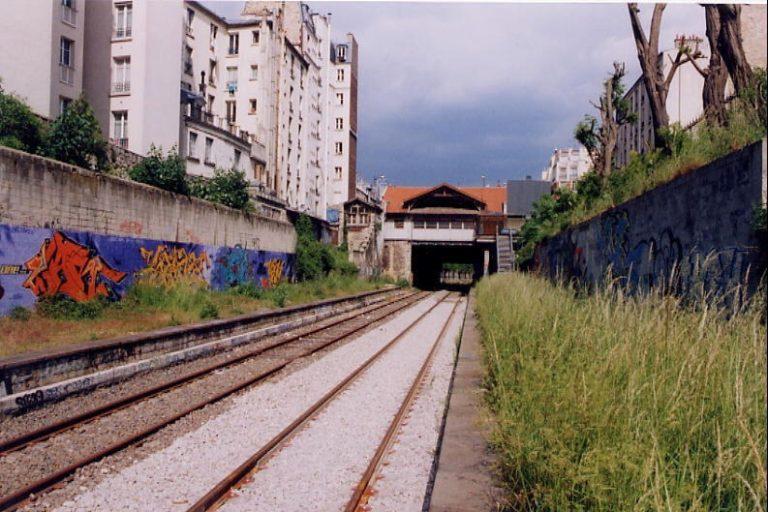 Vue de la gare d'Ornano et de la voie antivibratoire posée sur la Petite Ceinture à la porte de Clignancourt. Cliché : Jean-Emmanuel Terrier