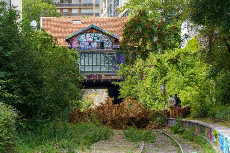 La gare de Charonne depuis les voies de la Petite Ceinture en 2020