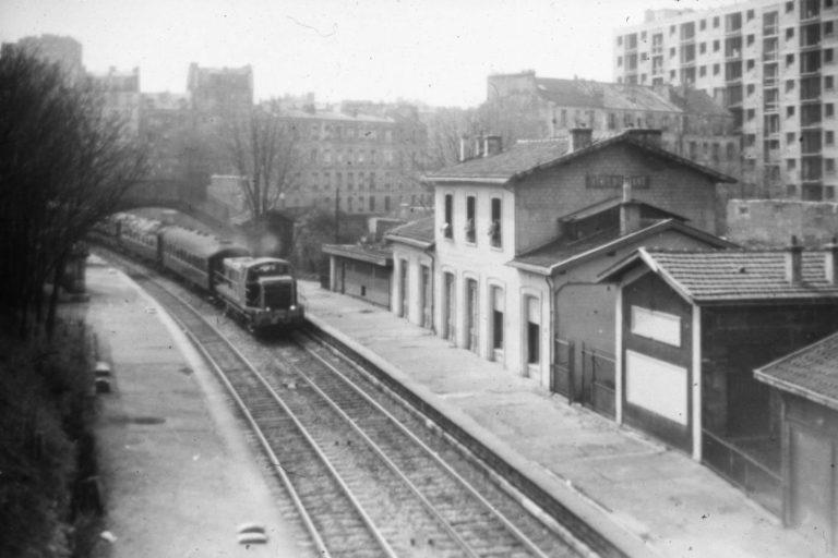 Un train de fret traverse la gare de Ménilmontant, peu de temps avant la démolition du bâtiment voyageurs