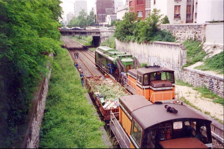Deux trains de nettoyage dont le train aspirateur en gare de Boulevard Ornano en 1998. Cliché : Jean-Emmanuel Terrier