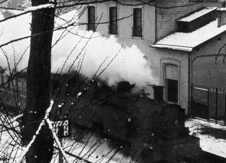 Un train passe le long du bâtiment voyageur, en 1965