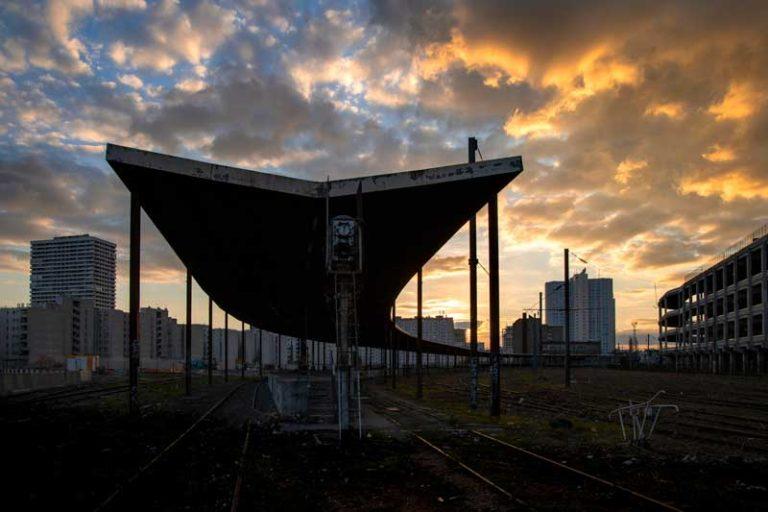 Le quai tournant de la Chapelle-Charbon au soleil couchant
