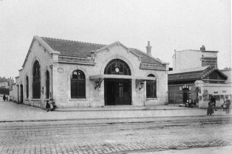 La gare de Saint-Ouen et son petit bâtiment annexe, supprimé en 1905