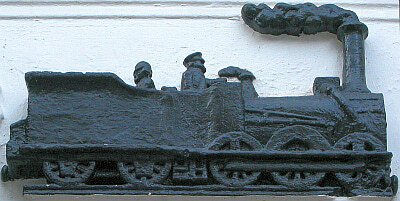 Le bas-relief représentant une locomotive de la Petite Ceinture