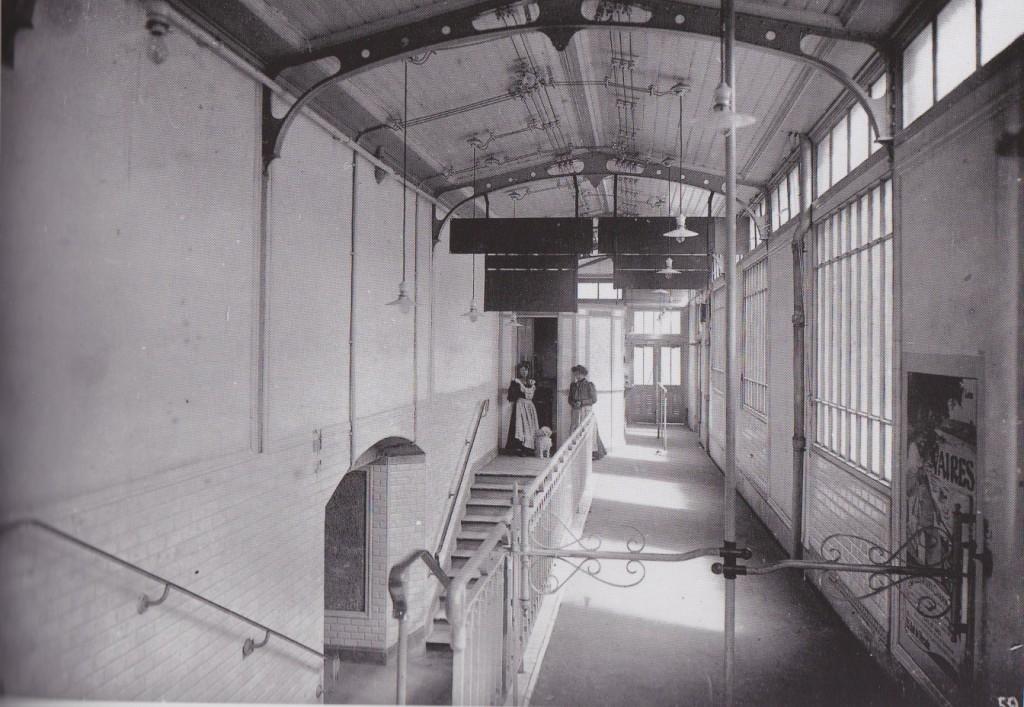Une receveuse à la station Bel Air en 1909