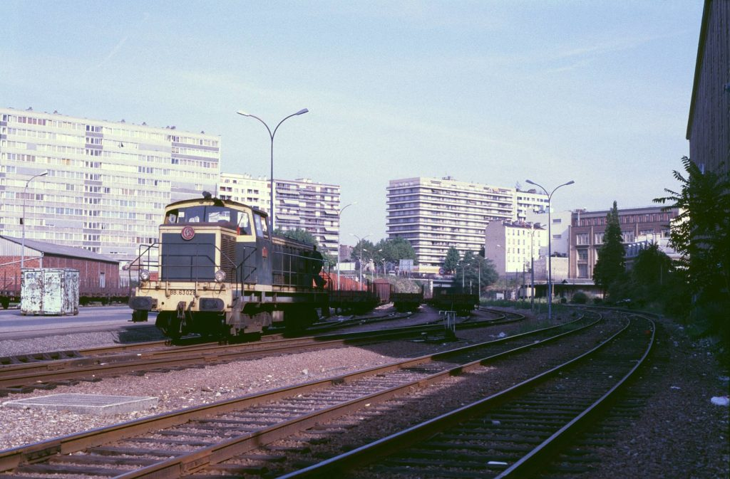 La BB 63028 manœuvre des wagons en gare de Reuilly