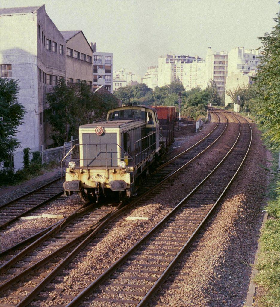 Un train de marchandises en provenance de la gare de Reuilly s'engage sur la Petite Ceinture par le raccordement de Bel-Air