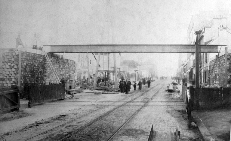 suppression_des_passages_a_niveau_-_rue_d_avron_-_vue_prise_du_cote_interieur_-_1er_fevrier_1889_1024px