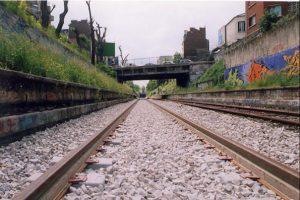 Mai 2000, porte de Clignancourt / Une bande blanche colle au rail pour absorber les vibrations.