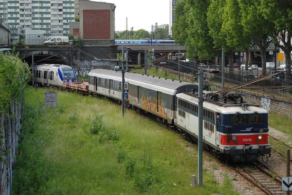 La BB17075 et son convoi émergent au niveau de la gare de la Chapelle-Saint-Denis